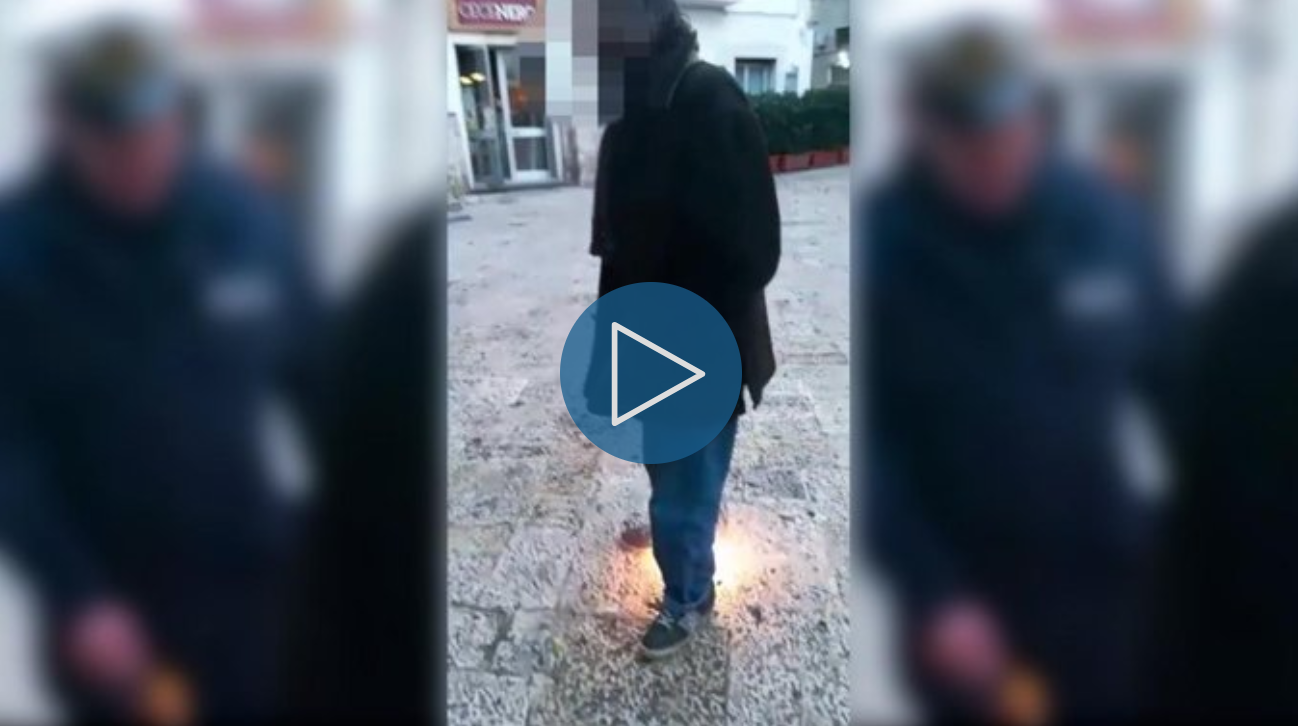 Vigile lancia un petardo ad anziano disabile, il VIDEO choc e le scuse