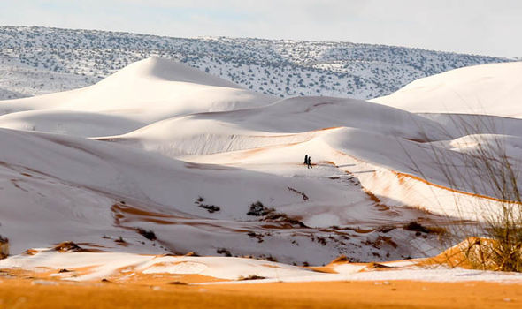 Sahara innevato, lo spettacolo del deserto rosso imbiancato dopo 37 anni